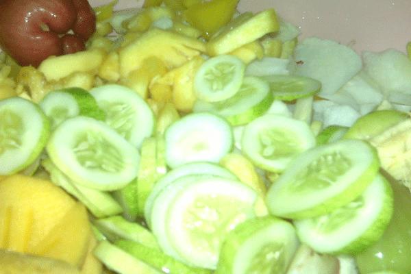 nglotis yuk, adalah sebutan untuk menikmati bersama-sama buah segar sehabis makan siang. Bahan dasar lotis salah satunya pepaya mengkal, nanas, mangga, dondong yang semuanya serba segar.