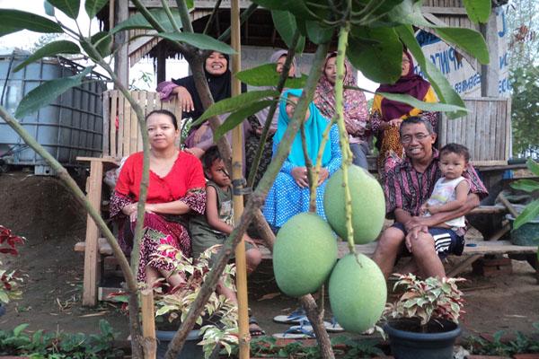berkebun bersama keluarga
